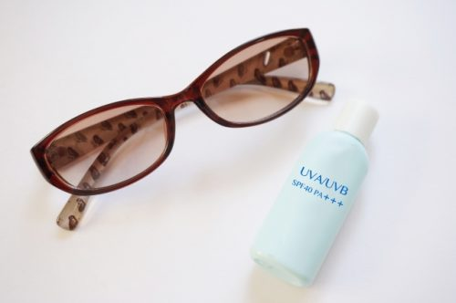 日焼けを防止するサングラスやアンダーシャツ